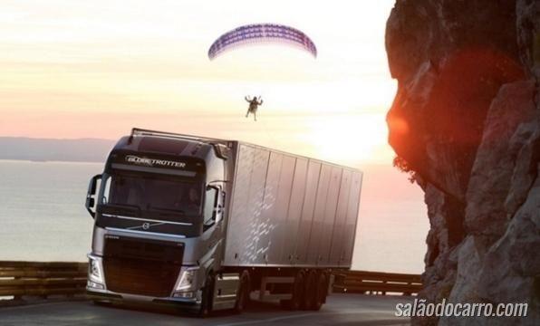 Volvo lança vídeo com motorista de caminhão puxando paraglider