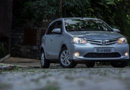 Teste do Toyota Etios XLS automático