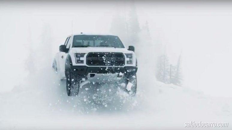 Piloto aparece dirigindo na neve com a nova Ford F-150