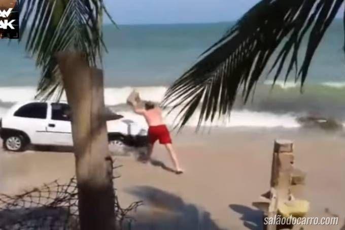 Vídeo flagra homem tendo seu carro danificado ao dirigir na beira da praia