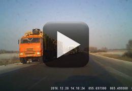 Carro consegue desviar de dois caminhões