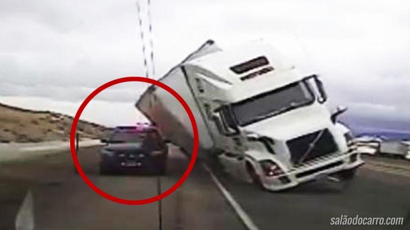 Caminhão cai por cima de carro de policia