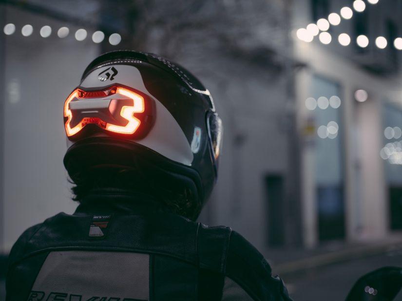 Empresa cria capacete com luz de freio para motociclista