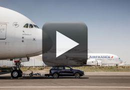 Confira um Porsche Cayenne rebocando um Airbus