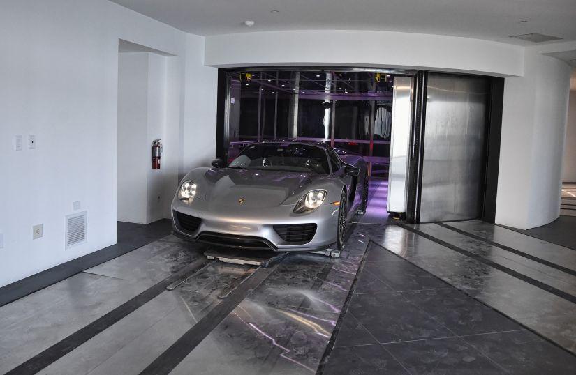 Prédio da Porsche conta com elevador para estacionar carro na sala