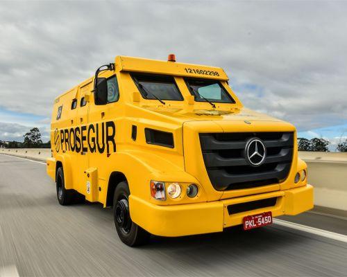 Mercedes-Benz lança versões blindadas do extrapesado Axor 2644 8x4 e do leve 915 E para transporte de valores