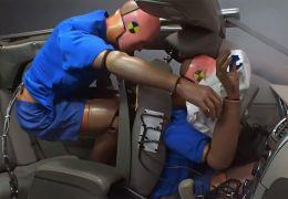 Vídeo mostra o impacto de um acidente para passageiro sem cinto no banco de trás