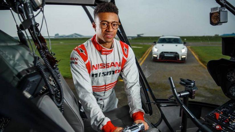 Piloto comanda Nissan GT-R com controle de videogame