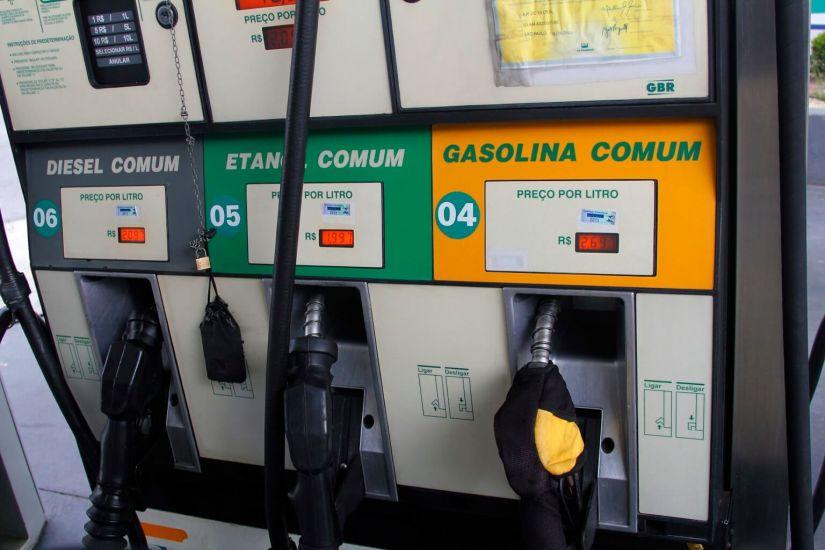 Gasolina volta a subir no Brasil e preço médio fica acima dos R$ 4 por litro