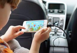 Por que o celular demora para carregar no carro?
