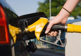 Preço médio da gasolina para o consumidor cai