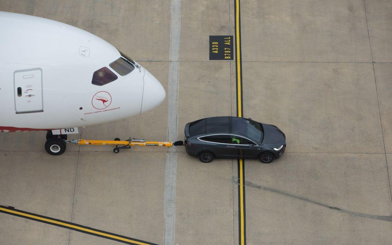 Vídeo: Tesla puxa avião de 130 toneladas para entrar no Guinness