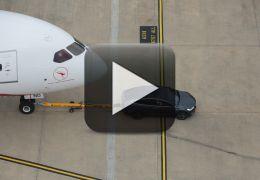 Tesla Model X aparece puxando avião de 130 toneladas