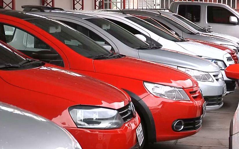 Venda de carros seminovos cai pela metade no acumulado do ano