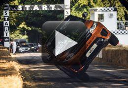 Piloto bate seu próprio recorde andando com carro sobre apenas duas rodas