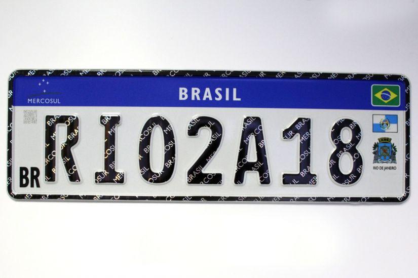 Símbolos de estado e município em novas placas são questionados por ONG