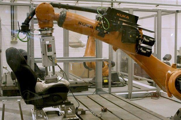 Ford cria robôs que suam para testar resistência dos bancos