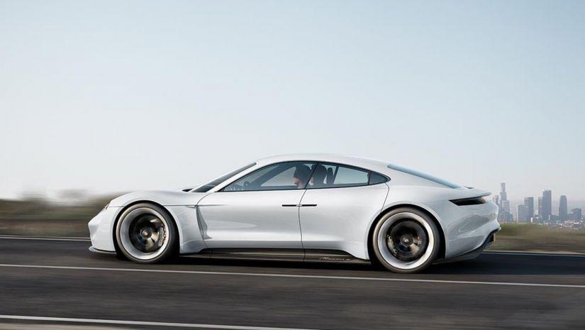Porsche elétrico terá 4 telas em seu interior e motor de 600 cv de potência