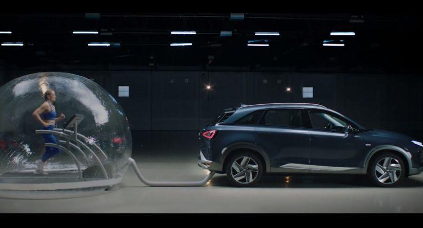 Hyundai coloca atleta correndo dentro de bolha ligada a escapamento de carro