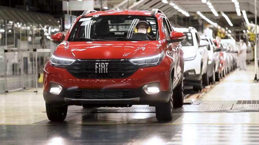 Fiat Strada 2021 aparece em foto da linha de montagem