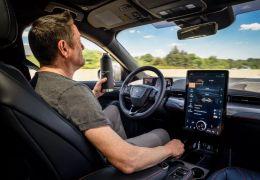Ford terá sistema que permite andar no carro sem as mãos no volante