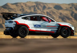 Ford apresenta conceito Mustang Mach-E com 7 motores elétricos