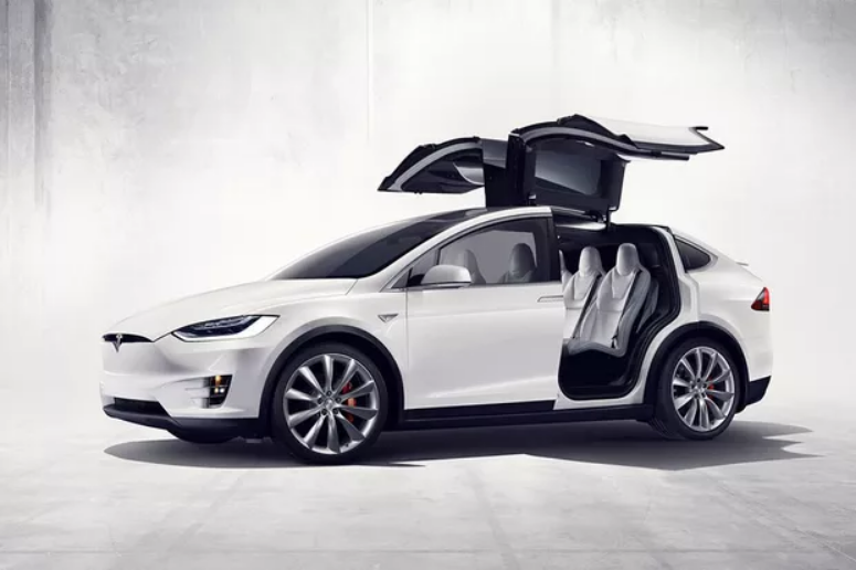 Motorista pula para o banco de carona e filma Tesla no piloto automático