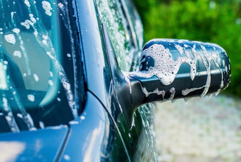 4 dicas para quem quer economizar e lavar o carro em casa