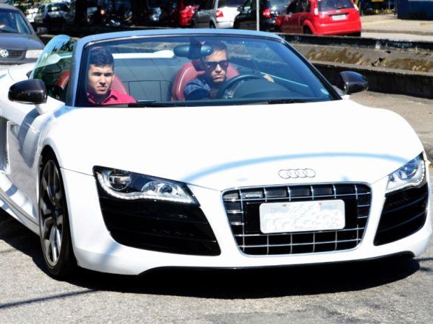 Neymar dirige o Audi R8 Spider