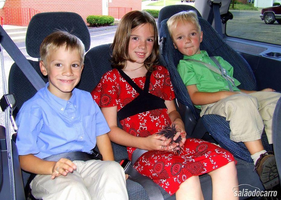 Crianças dentro do carro