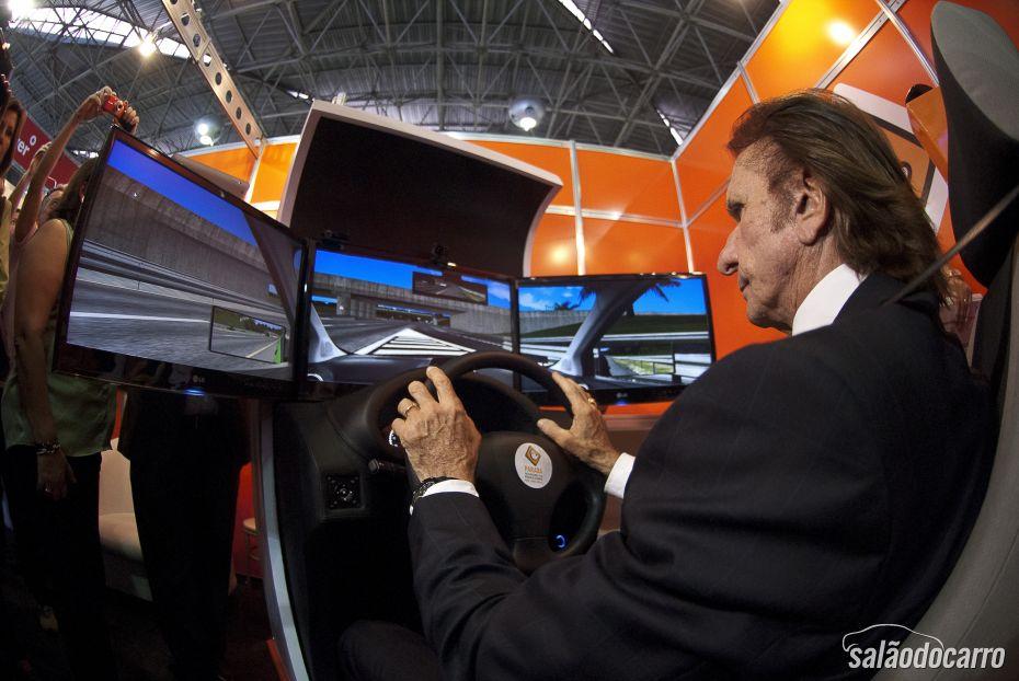 Emerson Fittipaldi experimentando Simulador