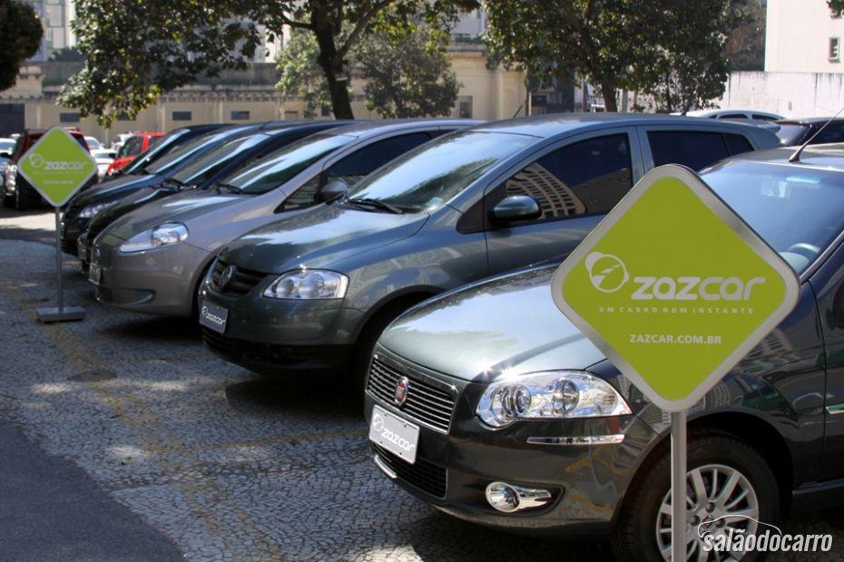 Carros compartilhados ficam estacionados em pontos estratégicos da cidade.