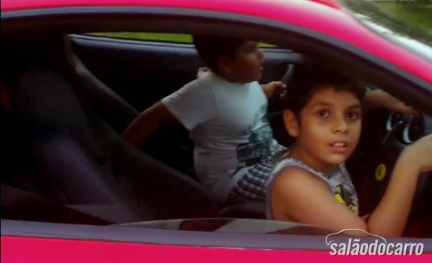 Pai deixa criança dirigir Ferrari e é preso