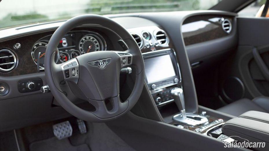 Continental GT V8 chama atenção pelos detalhes nos acabamentos.