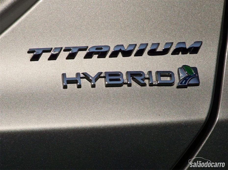 Detalhe do emblema Hybrid Titanium