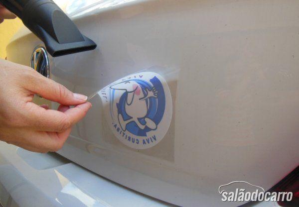 Retirando adesivo com secador