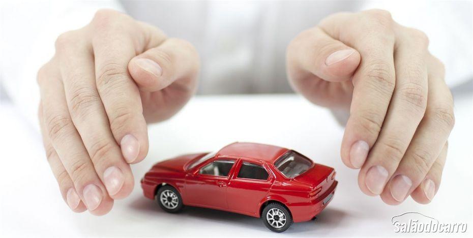 Mãos protegendo um carro de brinquedo