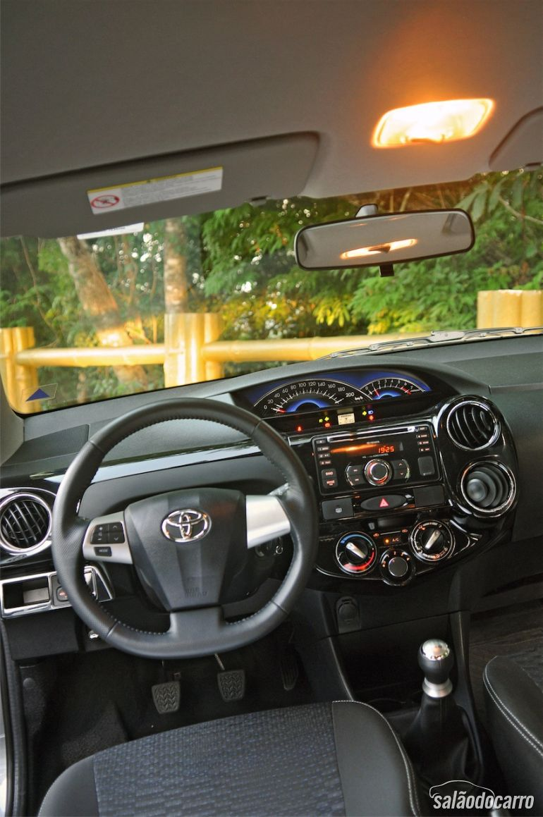 Interior do Toyota Etios Cross