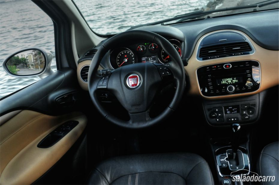 Interior do Fiat Linea Absolute