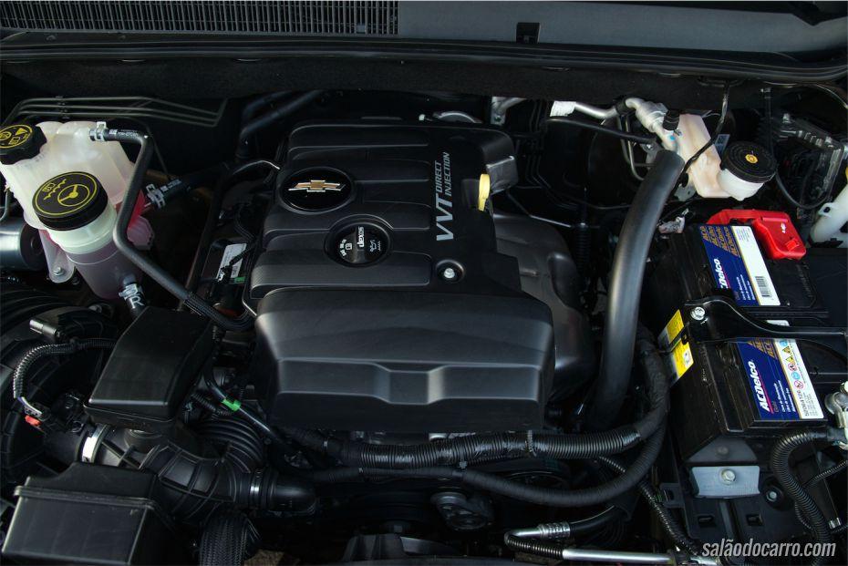 Sob o capô da S10, o motor de 206cv (com etanol)