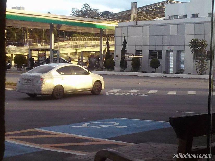 Nissan Versa é flagrado com camuflagem