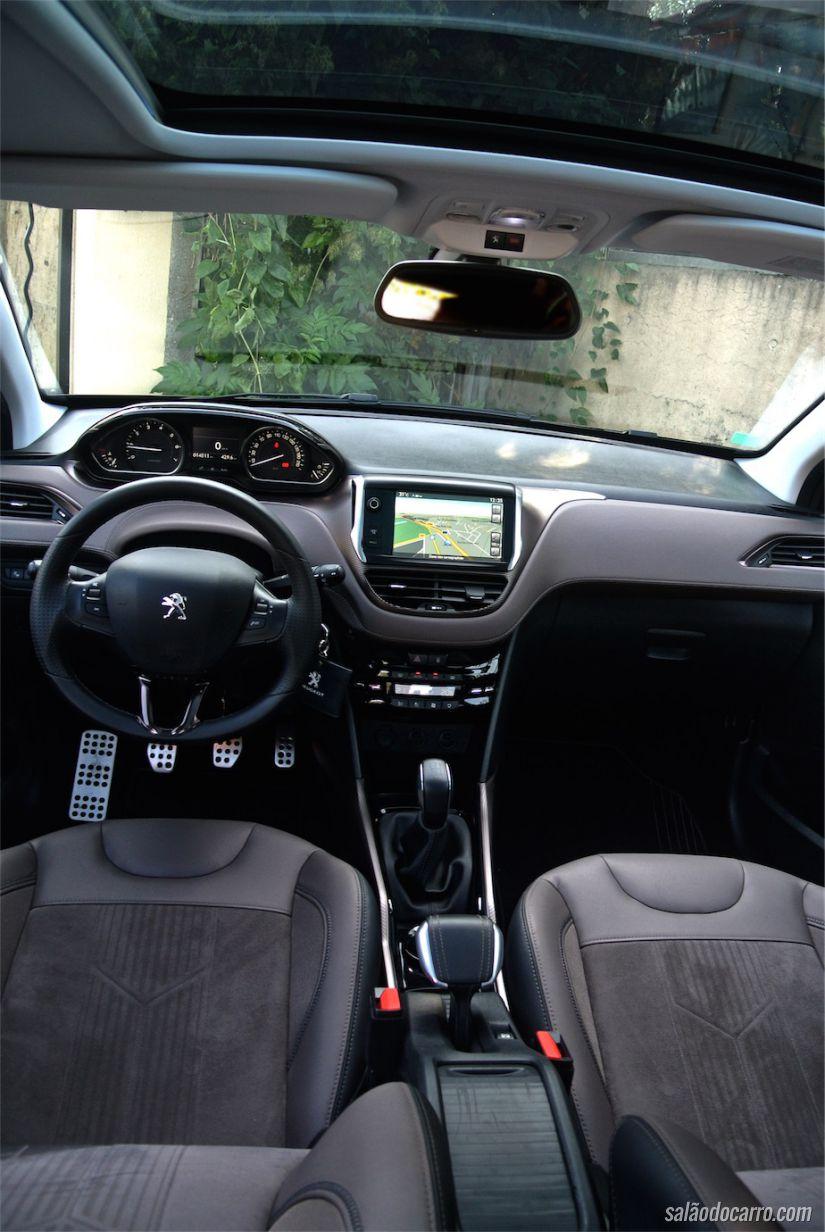 Interior é bem parecido com o Peugeot 208