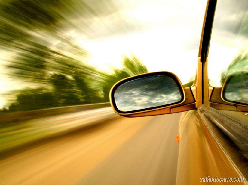 Estrada pelo retrovisor do carro