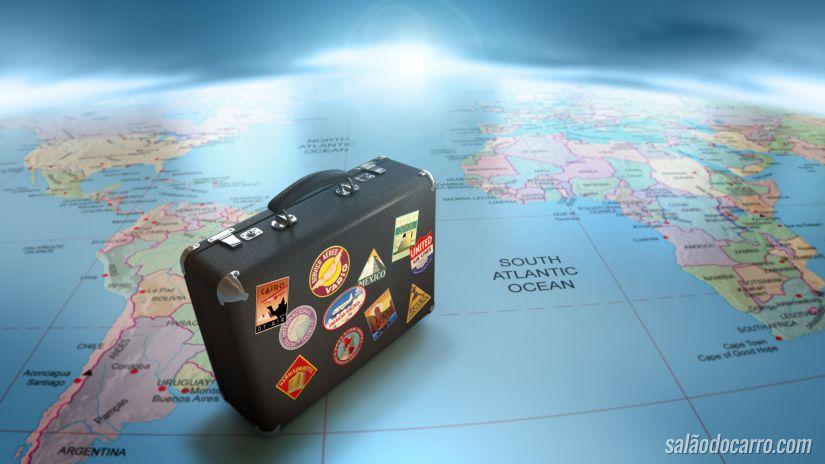 Mapa mundi e mala de viagem