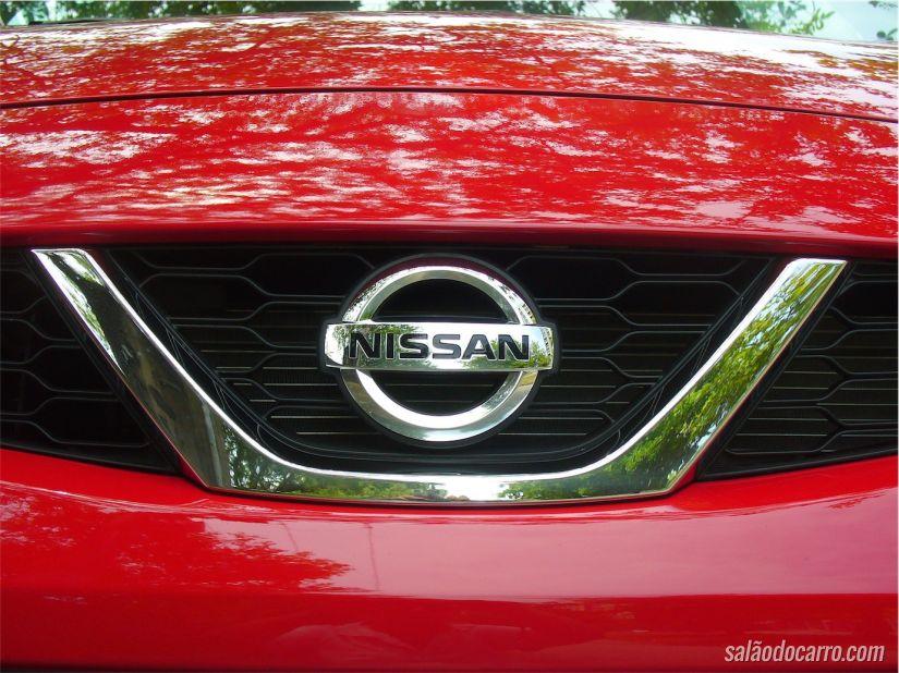 Detalhe do emblema da montadora Nissan