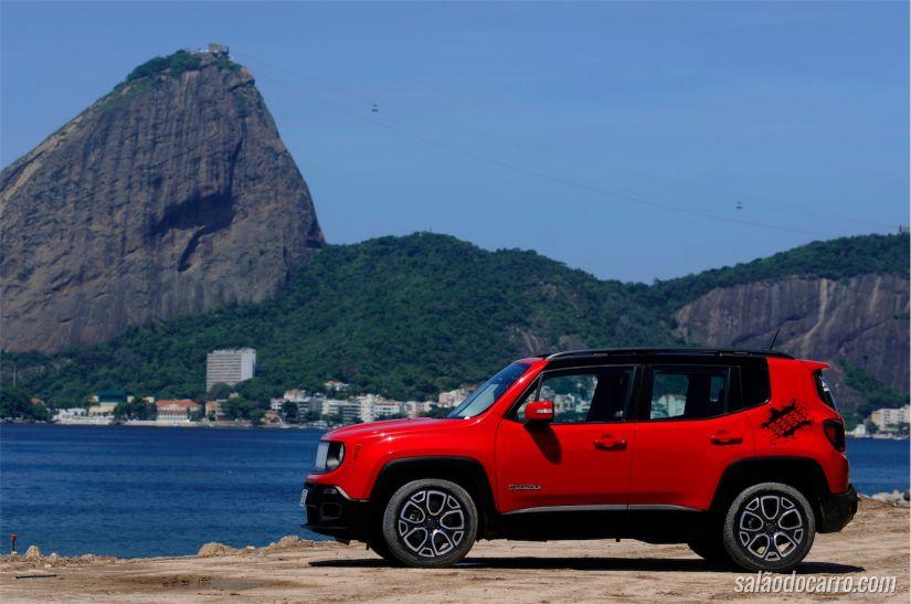Visão do SUV sob a bela paisagem carioca