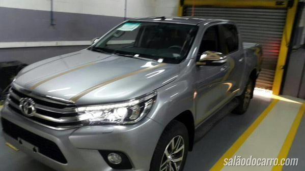 Nova Toyota Hilux é flagrada sem disfarces
