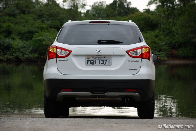 Visão traseira do SUV compacto