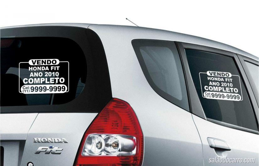 Placa de vende-se no carro