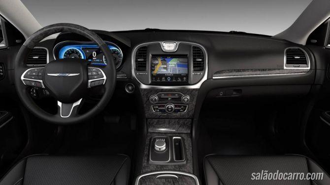 Chrysler 300C 2015 chega por R$ 204.900